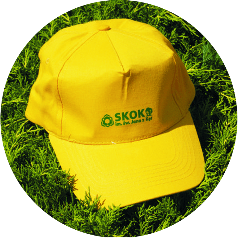Żółta czapka zdaszkiem